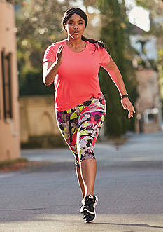 be inspired® Curvy Solid Tee & Printed Performance Capris